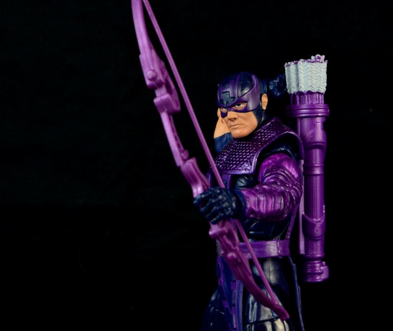 hawkeye-marvel-legends-figure-review -reaching for arrow
