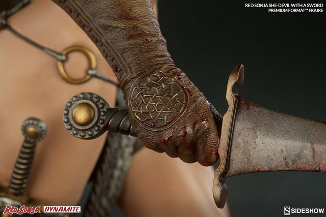 Red Sonja - She Devil with a Sword premium format -glove detail