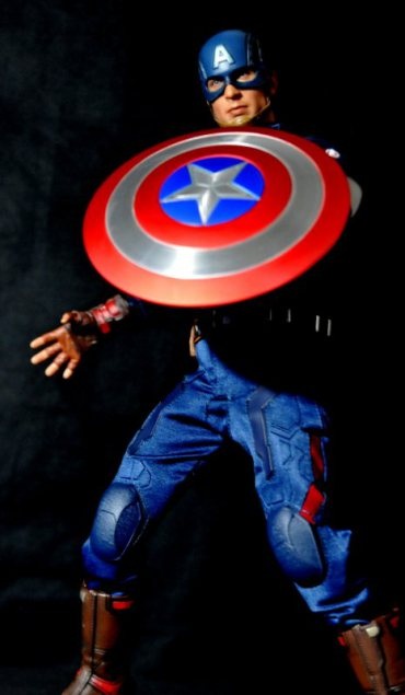 hot-toys-captain-america-age-of-ultron-figure-darkened-battle-pose