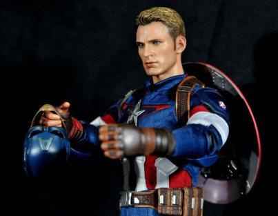 hot-toys-captain-america-age-of-ultron-figure-holding-helmet