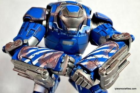 Iron Man 3 Igor Comicave Studios figure review - flexing
