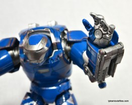 Iron Man 3 Igor Comicave Studios figure review - left hand open