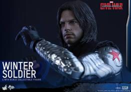 Hot Toys Captain America Civil War Winter Soldier figure -arm up
