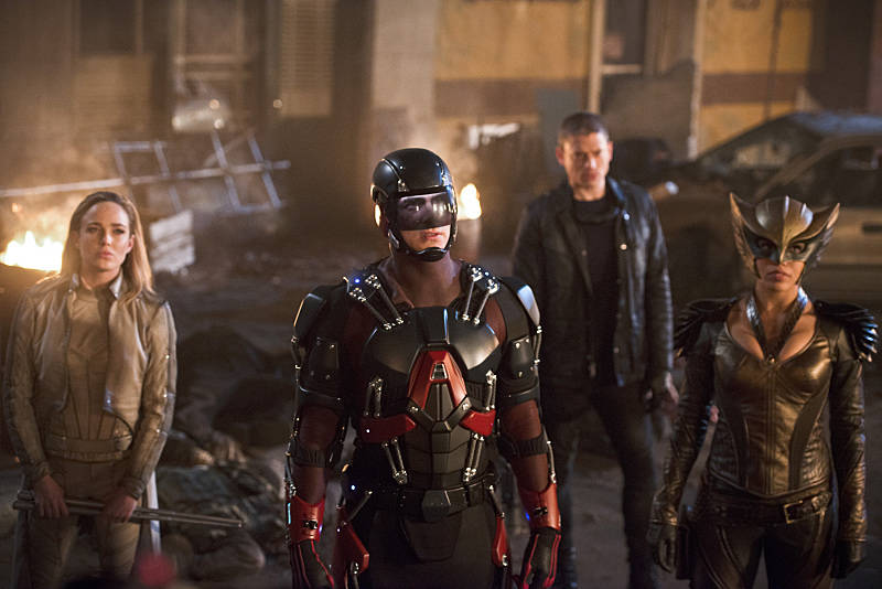 dc's legends of tomorrow - star city 2046 review - sara, captain cold, atom and hawkgirl_2