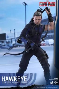 Hot Toys Captain America Civil War Hawkeye figure -reaching in quiver