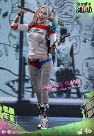 Hot Toys Harley Quinn Suicide Squad figure - standing side