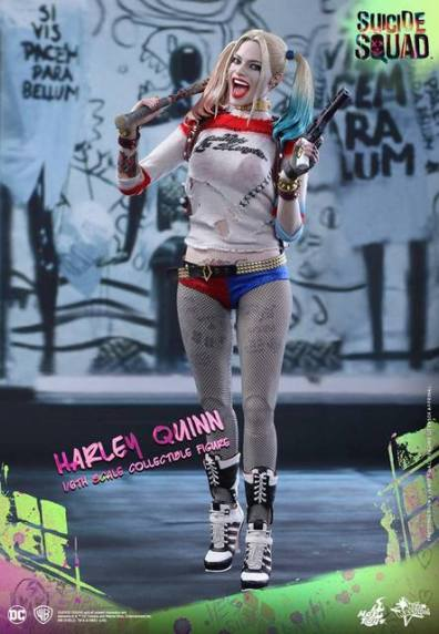 Hot Toys Harley Quinn Suicide Squad figure -walking ahead