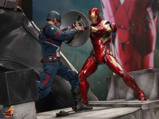 AGCHK 2016 - Hot Toys Civil War Iron Man fighting Captain America
