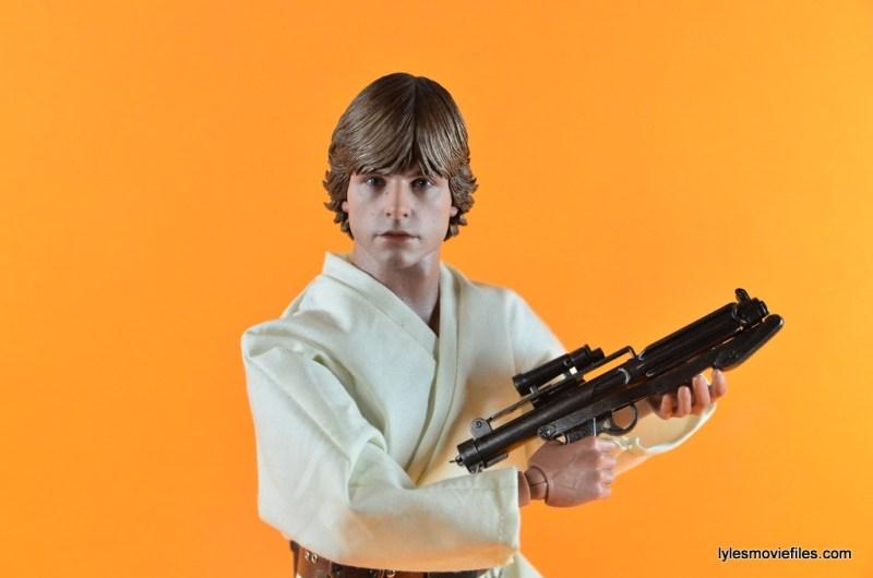 Hot Toys Luke Skywalker figure review -holding blaster
