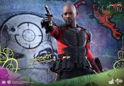Hot Toys Suicide Squad Deadshot figure -gun aiming