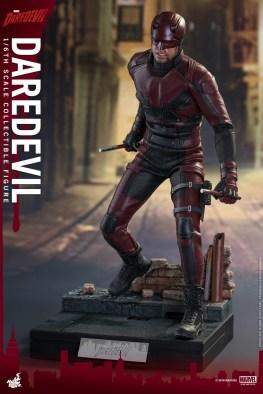 hot-toys-netflix-daredevil-figure-ready-for-battle