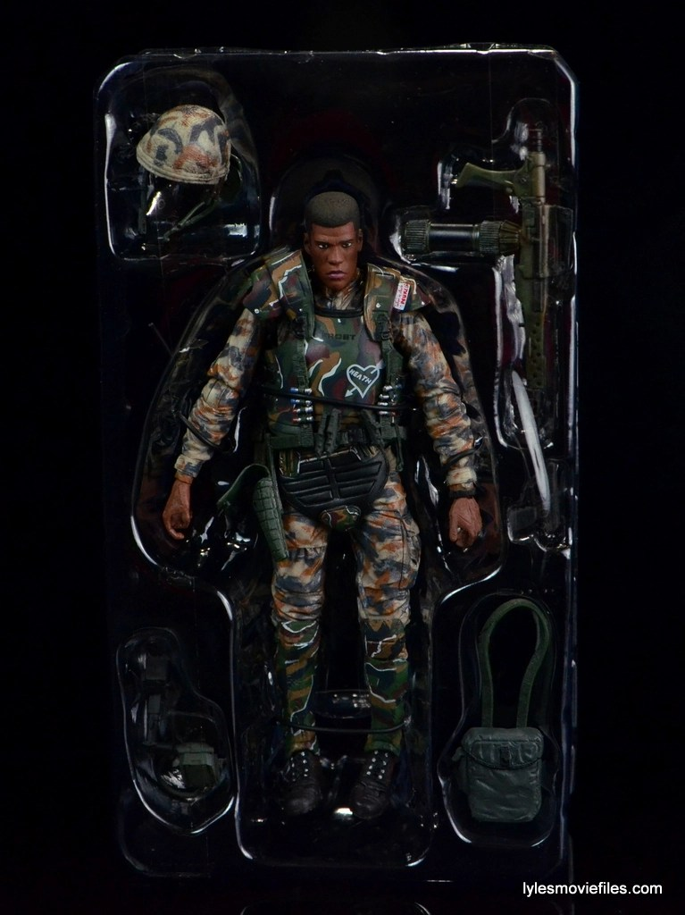 neca-aliens-series-9-frost-figure-review-accessories-in-tray