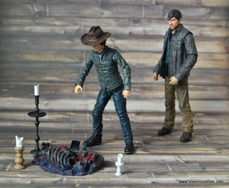 the-walking-dead-carl-grimes-figure-review-series-7-learning-the-secret-of-terminus