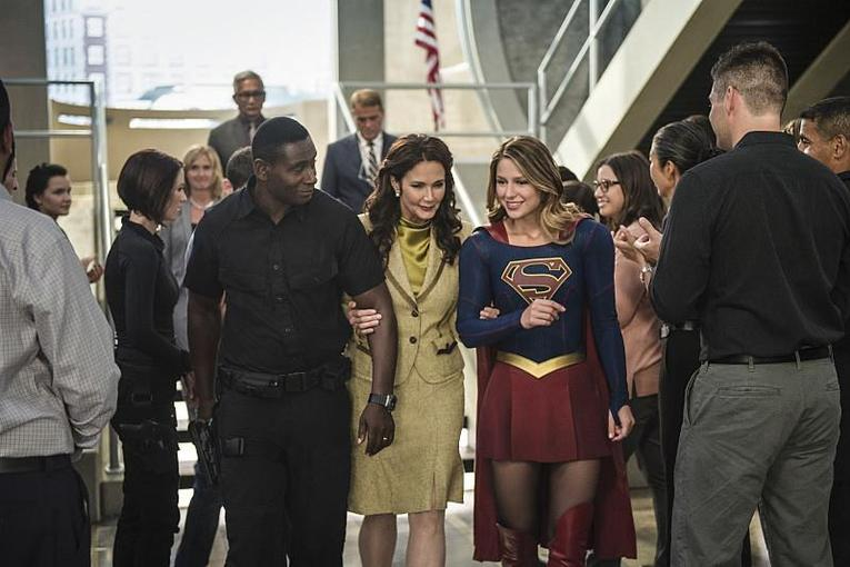 supergirl-welcome-to-earth-review-david-harewood-lynda-carter-and-melissa-benoist