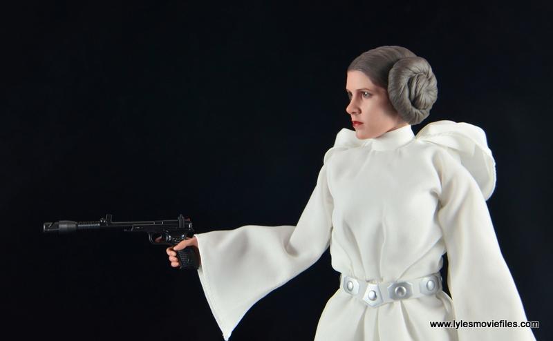 Hot Toys Princess Leia figure review - aiming blaster pistol