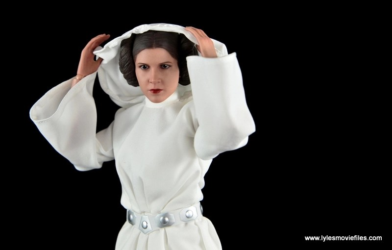 Hot Toys Princess Leia figure review - pulling down the hood