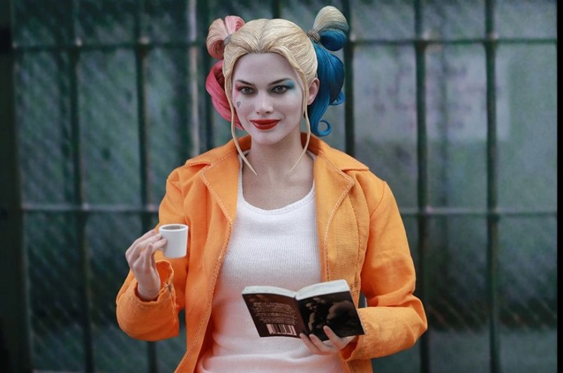 Hot Toys Prisoner Harley Quinn figure - with cappachino and book