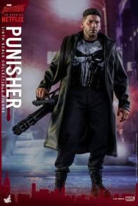 Hot Toys Netflix The Punisher figure -holding chain gun