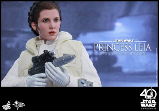 Hot Toys Princess Leia Hoth figure -taking aim