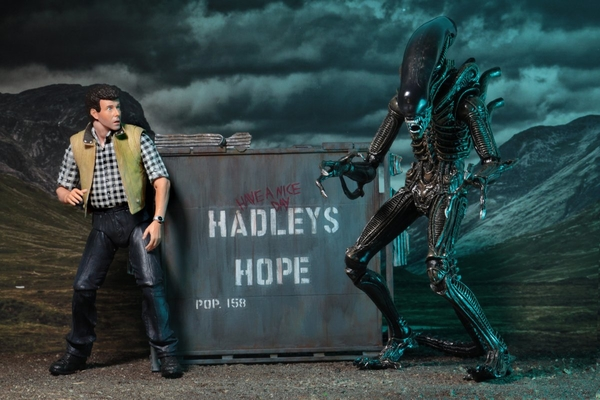 Aliens Hadley's Hope - Burke and xenomorph