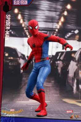 Hot Toys Spider-Man Homecoming figure - battle ready
