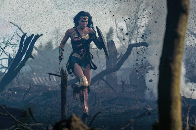 Wonder-Woman-movie-Wonder-Woman-running-on-battlefield 6/25/17