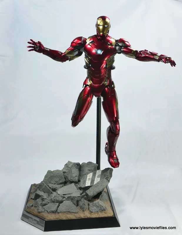 Hot-Toys-Captain-America-Civil-War-Iron-Man-figure-review-on-stand