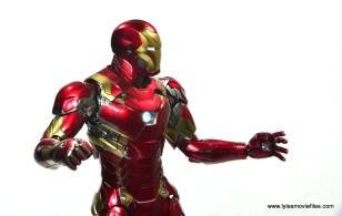 Hot Toys Captain America Civil War Iron Man figure review - side wide shot