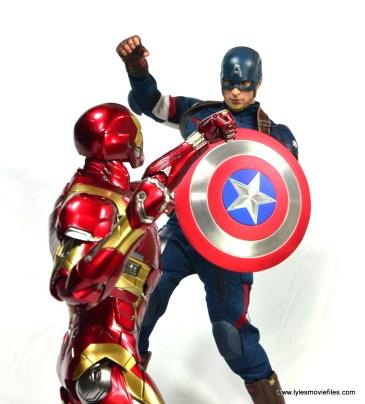 Hot Toys Captain America Civil War Iron Man figure review - vs Captain America