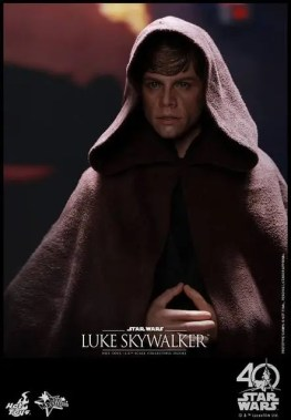 Hot Toys Jedi Luke Skywalker figure -cloak close up