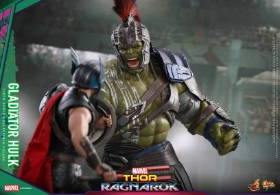 Hot Toys Thor Ragnarok Gladiator Hulk figure - facing off with Thor