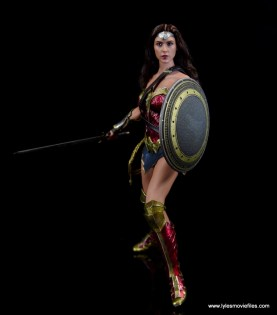 Hot Toys Wonder Woman figure review -set to attack