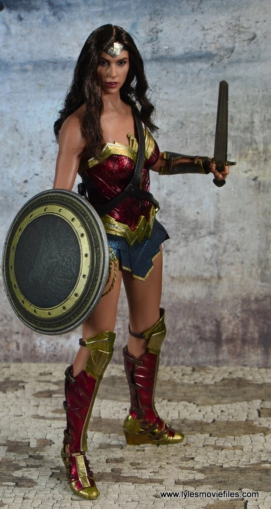 Hot Toys Wonder Woman figure review -shield and sword up