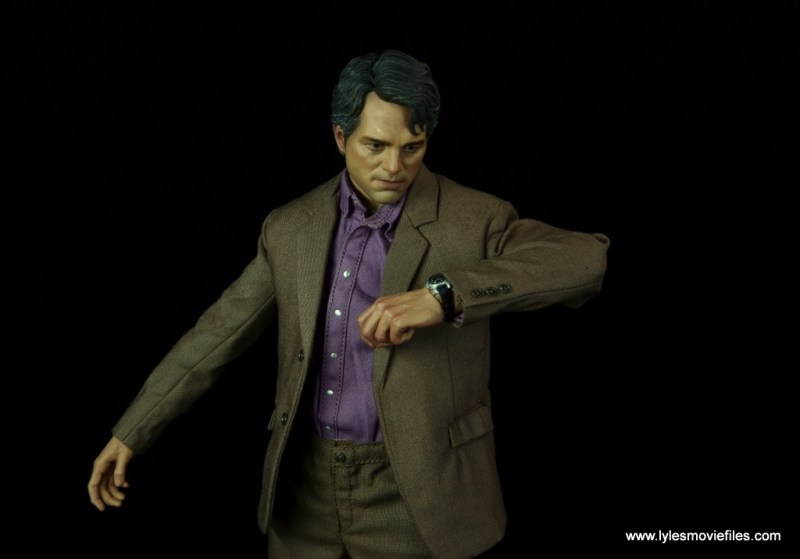 Hot Toys Bruce Banner figure review -checking watch
