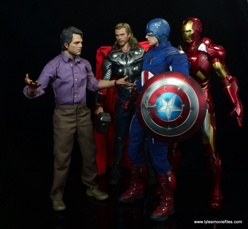 Hot Toys Bruce Banner figure review -talking to Thor, Captain America and Iron Man