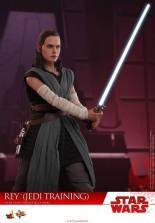 Hot Toys The Last Jedi Rey Jedi Training figure -looking ahead