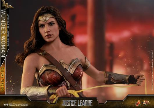 Hot Toys Justice League Wonder Woman figure -lifting up lasso