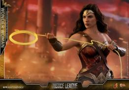 Hot Toys Justice League Wonder Woman figure - using lasso