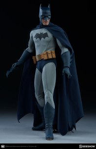 dc-comics-sideshow batman-figure-with batarang