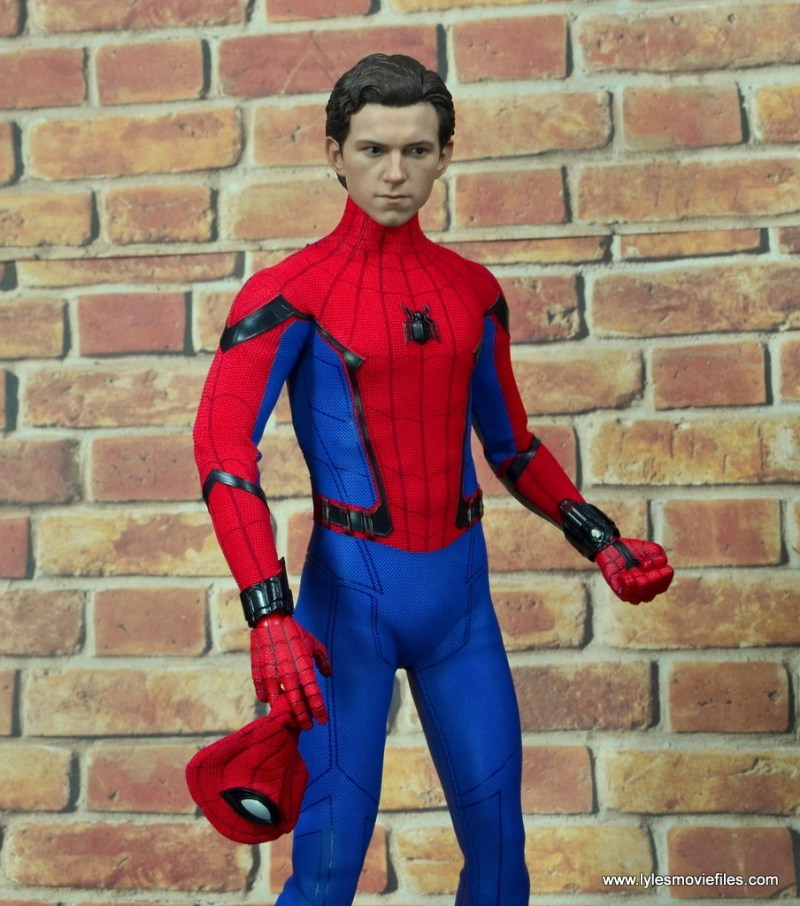 hot toys spider-man homecoming figure review - holding mask