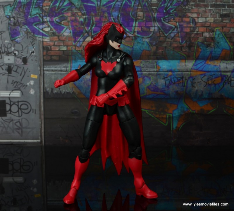 dc multiverse batwoman figure review - reaching in utlity belt