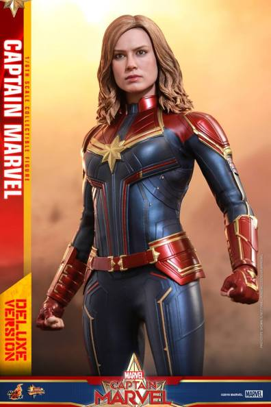 hot toys captain marvel deluxe figure -looking up