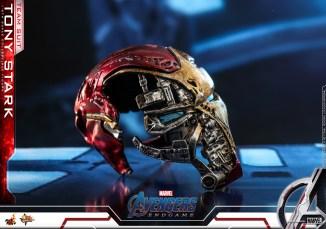 hot toys avengers endgame tony stark team suit - shattered iron man helmet