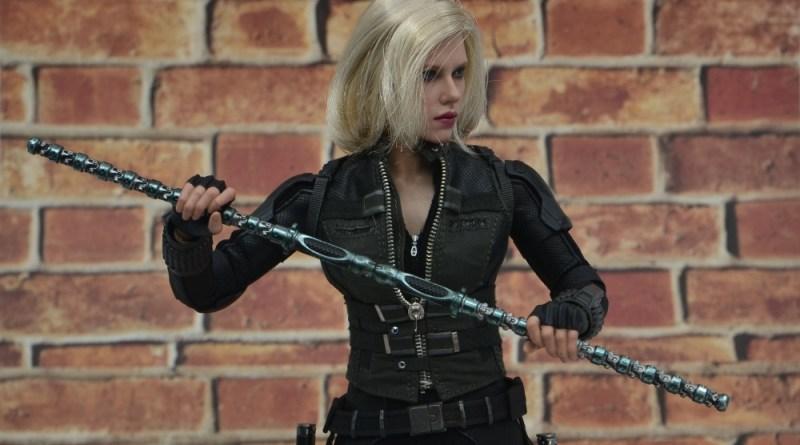 hot toys avengers infinity war black widow figure - holding staff