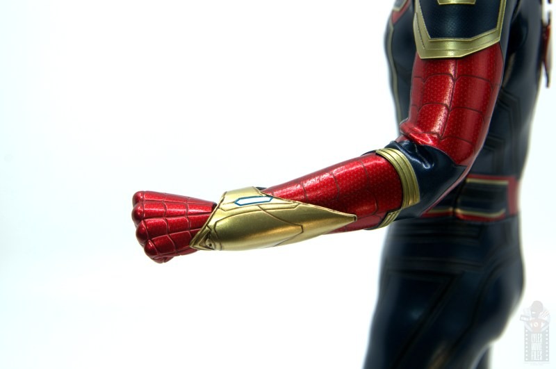 hot toys avengers infinity war iron spider figure review -gauntlet close up