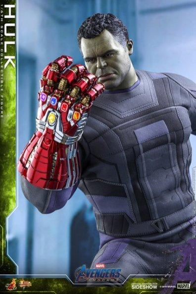 hot toys avengers endgame hulk figure - looking at nano gauntlet