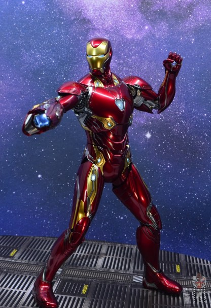 hot toys avengers infinity war iron man figure review - ready to fire blaster