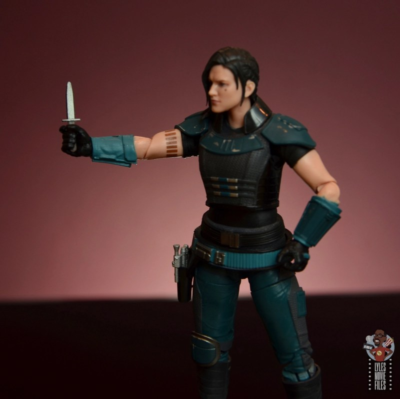 star wars the black series cara dune figure review - holding knife