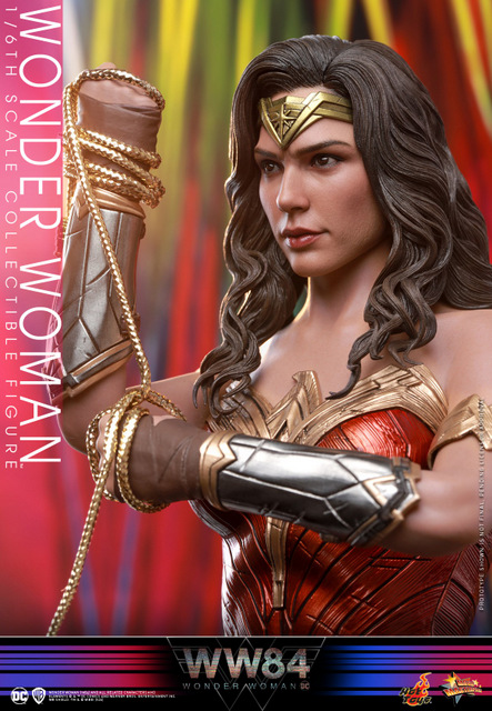 hot toys wonder woman 1984 figure - gauntlets and hair close up