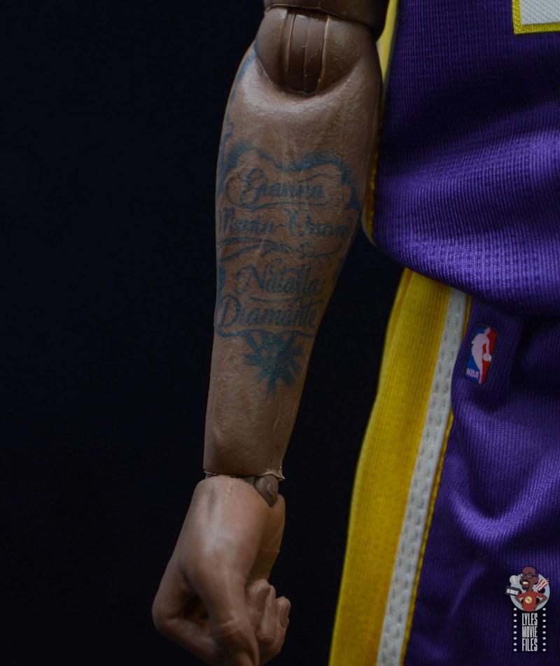 enterbay nba masterpiece kobe bryant figure review -older kobe daughter's tattoo